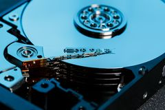 Demontująca ciężka przejażdżka od komputeru, hdd z lustrzanym skutkiem Rozpieczętowany dysk twardy od komputerowego hdd z lustrza zdjęcia royalty free