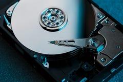 Demontująca ciężka przejażdżka od komputeru, hdd z lustrzanym skutkiem Rozpieczętowany dysk twardy od komputerowego hdd z lustrza obraz royalty free