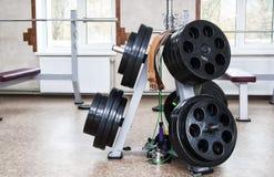 Demontujący barbell na podłoga w gym barwnik urządzeń sportowych na ilustracyjna wody Obraz Royalty Free
