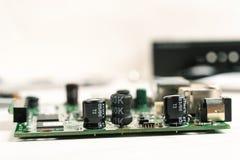 Demontujący elektroniczny gadżet z widocznymi częściami na białym stole fotografia stock