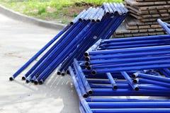 demontujący rusztowanie w postaci tubk, malować w błękitnej farbie nieatutowej obok budowa domu Obrazy Stock