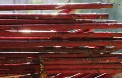 demontujący rusztowanie w postaci tubk, malować w czerwonej farbie nieatutowej obok budowa domu Zdjęcia Stock