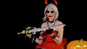 Demonu żywego trupu dziewczyna z rogami przygotowywa dla Halloween, świętuje Plciowy żeński satan kobieta diabeł robi manicure'ow zbiory wideo