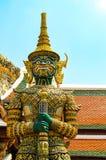 Demonvakt på ingången till det sakrala thailändskt [templet av Emerald Buddha, i huvudstaden av Thailand Bangkok Royaltyfria Foton