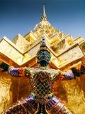Demonvakten skyddar den guld- templet Arkivfoto