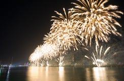 Demostración Abu Dhabi de los fuegos artificiales Fotografía de archivo libre de regalías