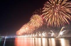 Demostración Abu Dhabi de los fuegos artificiales Fotos de archivo