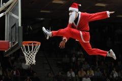 Demostración acrobática del baloncesto Imagen de archivo libre de regalías