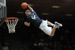 Demostración acrobática del baloncesto Fotografía de archivo libre de regalías