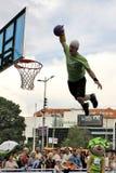 Demostración acrobática del baloncesto Imagen de archivo