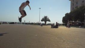 Demostración acrobática en calle de la ciudad almacen de metraje de vídeo