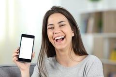 Demostración adolescente alegre una pantalla del teléfono de la maqueta a la cámara Fotos de archivo libres de regalías