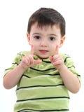 Demostración adorable del muchacho cómo es grande con sus dedos Imágenes de archivo libres de regalías