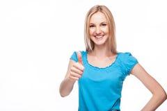 Demostración ascendente sonriente del pulgar de la mujer Fotografía de archivo libre de regalías