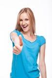 Demostración ascendente sonriente del pulgar de la mujer Foto de archivo