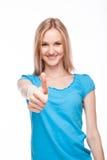 Demostración ascendente sonriente del pulgar de la mujer Imagen de archivo