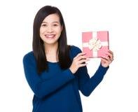 Demostración asiática de la mujer con la actual caja Imagen de archivo libre de regalías
