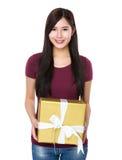 Demostración asiática de la mujer con la actual caja grande Imagen de archivo libre de regalías