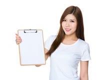 Demostración asiática de la mujer con la página en blanco en el tablero Fotografía de archivo libre de regalías