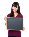 Demostración asiática de la mujer joven con la pizarra Imagen de archivo libre de regalías