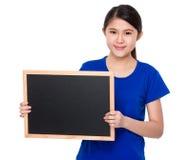 Demostración asiática del estudiante con la pizarra Imagen de archivo