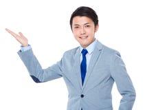 Demostración asiática del hombre de negocios con la muestra en blanco Imágenes de archivo libres de regalías