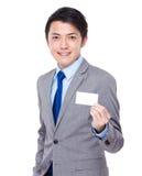 Demostración asiática del hombre de negocios con la tarjeta de presentación imagenes de archivo