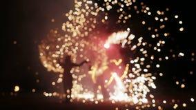 Demostración asombrosa del fuego en la noche almacen de video