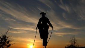 Demostración asombrosa en la puesta del sol Zanco Walker Jumping Cámara lenta metrajes