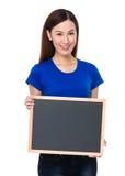 Demostración bonita de la mujer con el tablero negro Imagenes de archivo