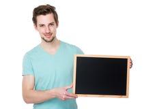 Demostración caucásica del hombre con la pizarra Fotos de archivo libres de regalías