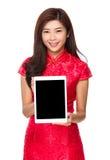 Demostración china de la mujer con la pantalla en blanco de la tableta Fotografía de archivo
