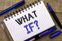 Demostración conceptual de la escritura de la mano qué si pregunta Exhibición de la foto del negocio qué pregunta mala pide con f imágenes de archivo libres de regalías