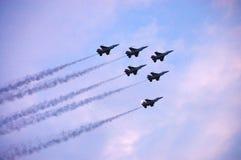 Demostración de aire del avión de combate F-16 Foto de archivo libre de regalías