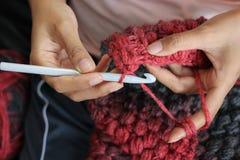 Demostración de Awoman cómo hacer a ganchillo Imagen de archivo