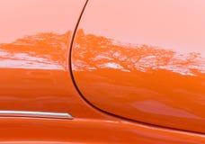 Demostración de coche y reflexión clásicas del árbol Fotografía de archivo