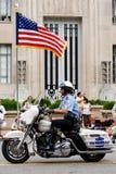 Demostración de la bandera americana en la 4ta del desfile de julio Imagen de archivo libre de regalías