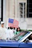 Demostración de la bandera americana en la 4ta del desfile de julio Imagenes de archivo