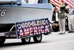 Demostración de la bandera americana en la 4ta del desfile de julio imagen de archivo