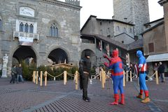 Demostración de la calle de los caracteres famosos de la película como el hombre araña, ayudante personal, superhombre, capitán A fotografía de archivo
