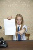 Demostración de la empresaria donde firmar un contrato imagen de archivo
