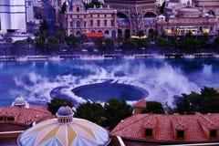 Demostración de la fuente de Bellagio debajo del cielo azul Imagenes de archivo