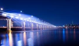 Demostración de la fuente del arco iris en el puente de Banpo en Corea Imagen de archivo libre de regalías