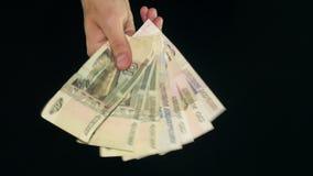 Demostración de la mano de mucho dinero Cuenta en fondo negro almacen de video