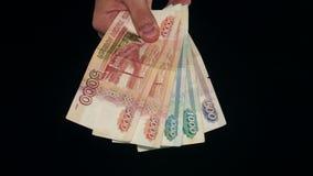 Demostración de la mano de mucho dinero Cuenta en fondo negro metrajes