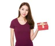 Demostración de la mujer con el giftbox Fotos de archivo