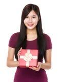 Demostración de la mujer con el giftbox Foto de archivo libre de regalías