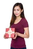 Demostración de la mujer con el giftbox Imagen de archivo libre de regalías