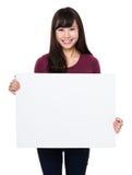Demostración de la mujer con el tablero blanco fotografía de archivo