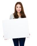Demostración de la mujer con el tablero blanco Foto de archivo